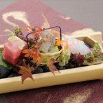 蕎麦ダイニング 徳蔵 - お刺身は全国各地の天然魚介でおつくりしています。時価の日替わりメニューです。