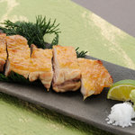 蕎麦ダイニング 徳蔵 - 古白鶏もも塩焼き。古白鶏の旨みを楽しめるメニューです。