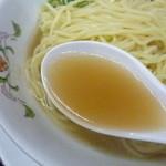 餃子の王将 - 鶏系のシンプルで味わい深いスープ