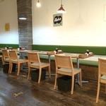 フロッグスダイナー - カップルが多いのかな、二人掛けのテーブル席がズラッと並びます