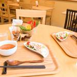 レイ アロハ - 先にサラダ、スープが到着