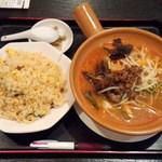 41315836 - 2015.8.29。日替土鍋料理(野菜味噌土鍋麺+五目チャーハン)680円