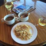 サクララウンジ - チャーハンにスープ、とワインとウイスキー 飲み過ぎだな。
