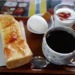 カフェレストてる - 料理写真:2015.08 コーヒー(350円)に無料で付くモーニングサービスはジャムトーストにゆで卵とヨーグルトです♪