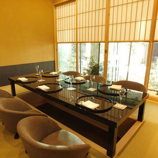 和田倉濠を目前に、和の設えの個室は華やかさと奥ゆかしさが共存
