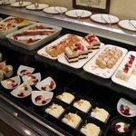 ペストリーショップ ラ・モーラ - 2010年3月苺デザートブッフェの台の様子