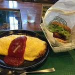 41332129 - 2015年8月。チャイニーズチキンバーガーとチーズオムライス。