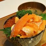 伸太 - サーモンいくら丼はこの盛り。ドンブリのサイズは15cmで小ぶりだけど満足。