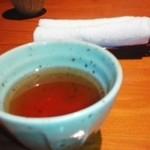 41343113 - はじめにお茶とおしぼり