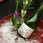 41346106 - 美濃吉オリジナルのお酒 添えられたお花も楽しみの一つ