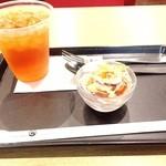 ポーズ カフェ - アイスティーとおまけのサラダ