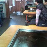 お好み焼 たつみ - テーブルには常連のおばちゃん達