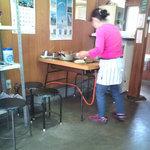 お好み焼 たつみ - あいたテーブルでオバチャンが焼いてくれます