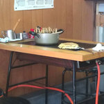 お好み焼 たつみ - 串にささったすじ肉が鍋一杯。1本75円。