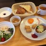 41352695 - ビジネスホテルでは珍しいプレートスタイルの朝食です。バランスの良い内容になっています。