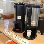 自然屋 - パンを買うとレジで紙コップをもらい、麦茶、紅茶、コーヒーが選べ、テラスで食べられます。