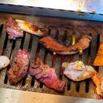 焼肉トラジ - 切り落としタン、海老調理中