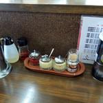 麺王 - 2015年8月16日(日) 店内 カウンター席卓上