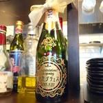 41357085 - カウンターの装飾品(移転の記念ボトルかな?)