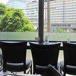 欧風居酒屋 Bistro AU BASCOU - 一人の方は那珂川を見ながら食事出来るカウンター席がお勧めですよ