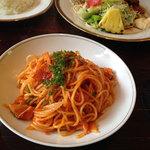 カフェ・ド・パルク - ナポリタン(サラダ・ドリンク付) 1,000円 ※奥の二皿はショウガ焼き