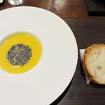 TOKI - カボチャの温かいスープ。       トッピングには黒ゴマのお煎餅のようなもの。
