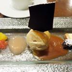 TOKI - デザート。       色々盛ってあって、女子的には眼福&満腹♪       別テーブルのカップルには、バースデーのお祝いデザートプレートが運ばれておりました。