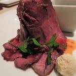 KICHIRI - 総料理長自慢の特製ローストビーフ790円(税抜)。  添えられてるのは西洋わさび。 お肉が高くそびえ立っているのは、 うしろにマッシュポテトがあるからだよ。 量は少な目だけど、お味は美味しかったです