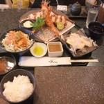 とんかつ マンジェ - 「上ロースとんかつ+天使の海老定食」(2440円込み)(2015年8月)