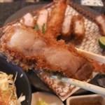 とんかつ マンジェ - 「上ロース肉」アップ。肉肉しい食感で美味い。