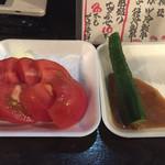 四文屋 高円寺北店 - トマト、キュウリ。