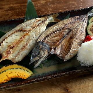 旬な魚、野菜、干物の炉端焼き