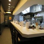 鶏と魚介らぁ麺komugi - カウンター9席のみで調理場も覗けます><