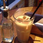 J.S. PANCAKE CAFE  - キャラメルロイヤルミルクティー。隣のガムシロボトルが可愛い(^^)