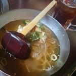 焼肉ホルモン 王道 - ハート形の氷の入った冷麺とティーソーダ