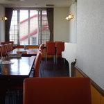 オレンジダイナー - 店内右側が白いグランドピアノ