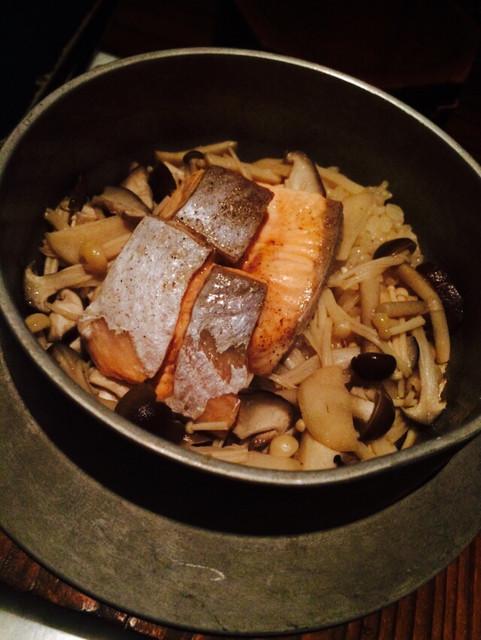 燻 - サーモンとキノコのバター醤油釜飯