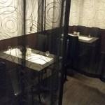 ジュリアーノ - テーブル席、カーテンで半個室的に使える。