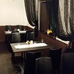 ジュリアーノ - テーブル席、カーテンを開ければ、大人数にも対応。