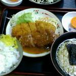 呑呑亭 - 日替わり定食、カツとにゅうめん。
