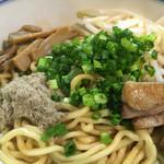 麺鮮醤油房 周月 - かなり、ガッツリ系…!炙りチャーシューの香りでかなり食欲を刺激されてしまいます(^∇^)