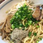 麺鮮醤油房 周月 - 油そばは、極太麺にトッピングはチャーシュー、メンマ、モヤシ、ネギ、魚粉(*^_^*)