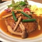 日日是 神戸 段 - キノコ、インゲンの煮込みソースが美味い、スクランブルエッグ、サラダが添えてあります