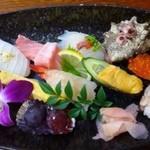 朝日寿司 - 料理写真:◆「松(1900円・お味噌汁付)」・・お花も飾られ見た目もきれいです。 提供まで少々お時間がかかったのですが、この盛り付けでしたら納得です。