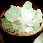 シリンゴル - 一憶年以上前のモンゴル岩塩(中の黒い粒は海藻の化石)