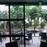 パークサイドカフェ - 爽やかな季節にはテラス席もおススメです