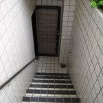 サント ルーチェ - 階段を下りて左側