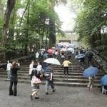 海老丸 - 石段を上ってお参りします。