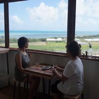南城市カフェなちゅら - 南城市カフェなちゅらから知念岬無人島を望む
