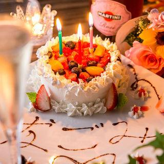 誕生日・記念日特典あり!オリジナル巨大パフェをプレゼント♪